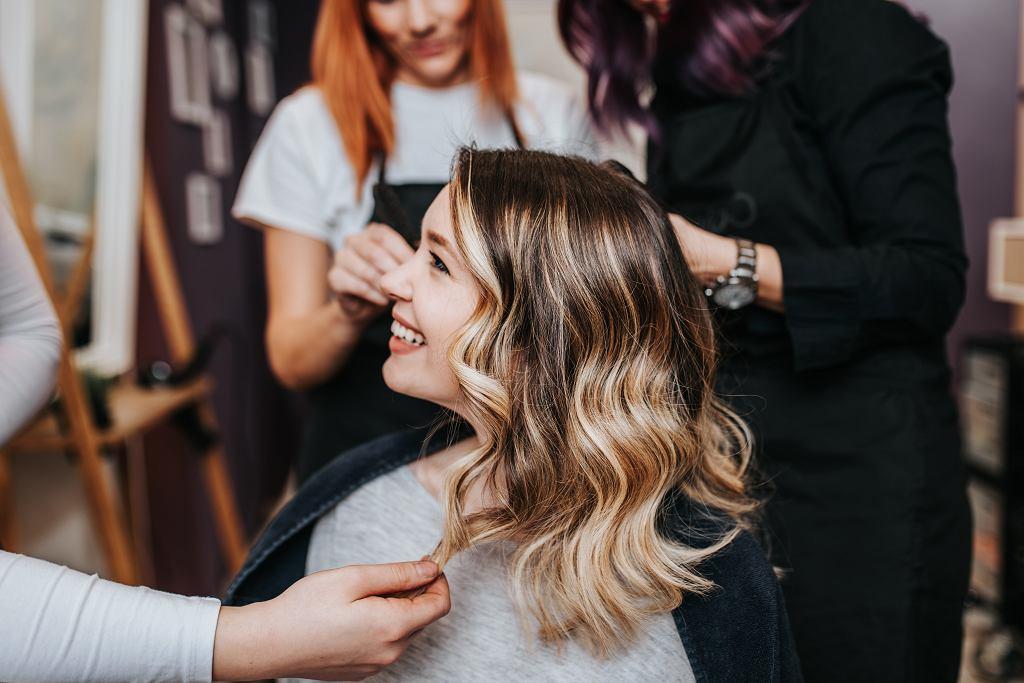 Baleyage to popularna metoda farbowania włosów. Zdjęcie ilustracyjne