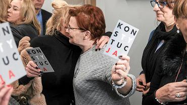 4 stycznia 2019 r. Sąd okręgowy w Poznaniu uniewinnia kobiety, które manifestowały przed komisariatem policji. Na zdjęciu radość po ogłoszeniu wyroku