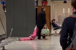"""Na lotnisku ojciec ciągnął po podłodze córkę, trzymając ją za kaptur. """"Dajcie mu medal"""""""