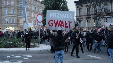 Manifestanci protestujący przeciwko decyzji TK w sprawie zaostrzenia prawa antyaborcyjnego na pl. Szarych Szeregów w Szczecinie