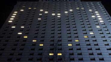 Zdjęcie ilustracyjne. 23.03.2020 Warszawa. Hotel Novotel i światła w kształcie serca (w związku z epidemia koronowirusa).