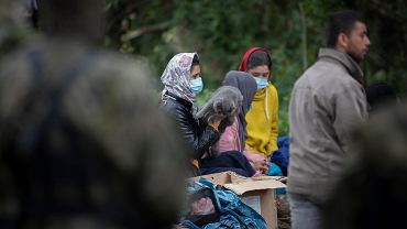 Usnarz Górny. W grupie uchodźców koczujących w Usnarzu od ponad miesiąca jest 52-letnia pani Gul z dwójką synów i trzema córkami, która jest po trzech operacjach kręgosłupa. Jej stan jest bardzo zły, nie wychodzi z namiotu. Świat za to dobrze poznał jej córki, w tym najmłodszą, zaledwie 15-letnią. A to za zrobionych z oddali zdjęć. Na niektórych z nich fotoreporterzy uchwycili, jak dziewczyny tulą kota Fijuza, zabranego z Afganistanu.