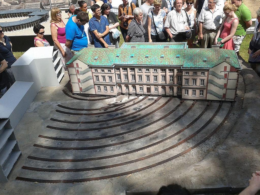 Miniatura Pałacu Lubomirskich w Parku Miniatur Województwa Mazowieckiego, przedstawiająca operację przesuwania budynku