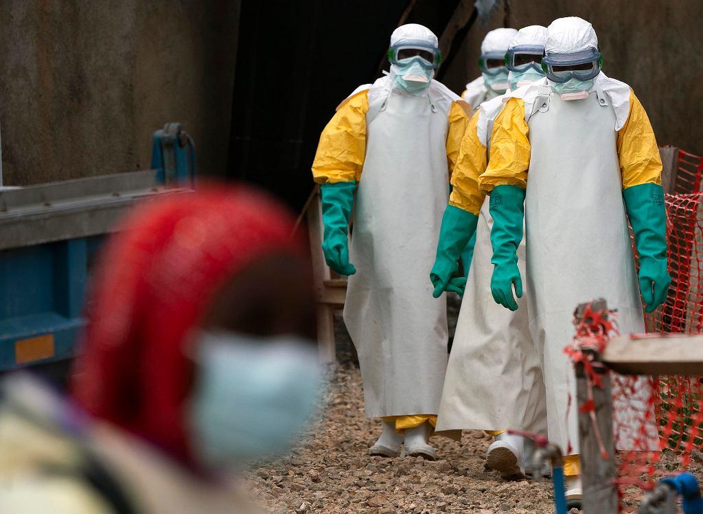 Pracownicy służby zdrowia w strojach ochronnych w ośrodku leczenia Eboli w Beni, Demokratyczna Republika Konga