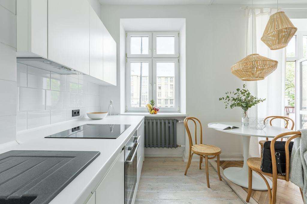 Biała kuchnia w stylu skandynawskim.