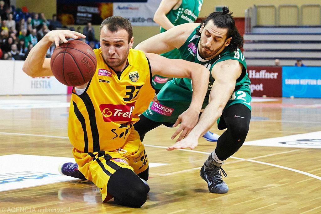 Koszykarze Trefla Sopot (żółte stroje) przegrali z King Wilki Morskie