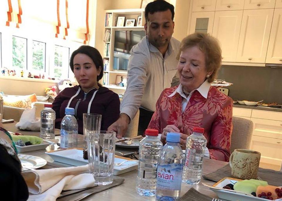 Latifa (z lewej), córka potężnego władcy Dubaju, emira Muhammada al-Maktuma i Mary Robinson, była prezydent Irlandii i była komisarz ds. praw człowieka ONZ. Rodzinny dom księżniczki w Dubaju, 24 grudnia 2018 r.