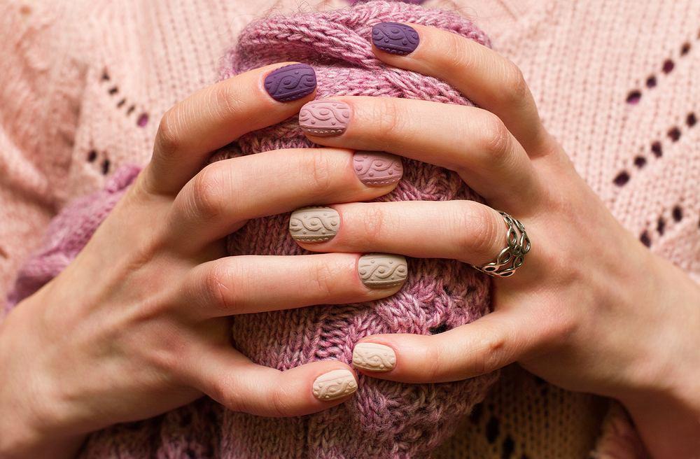 Sweterek na paznokciach to jeden z najmodniejszych zimowych wzorów. Zdjęcie ilustracyjne
