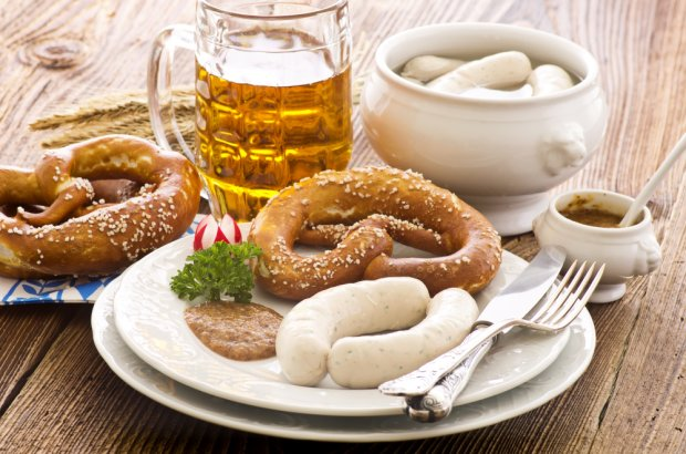 Tradycyjne bawarskie danie z białą kiełbasą, fot. HLPhoto / shutterstock.com