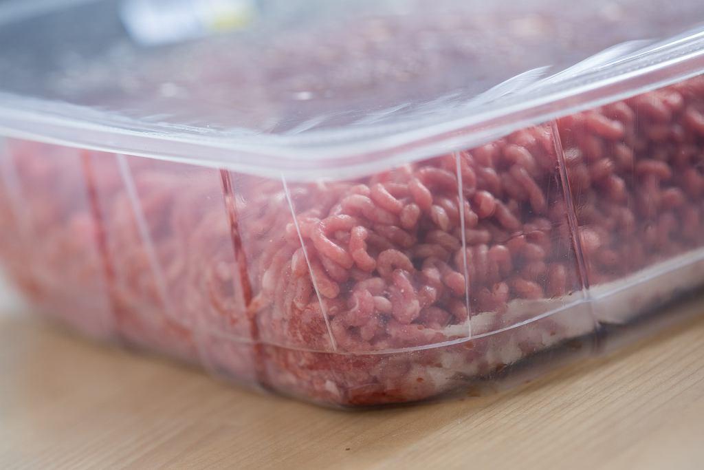Do czego konkretnie służy podkładka, którą można znaleźć w opakowaniu paczkowanego mięsa? Wyjaśniamy