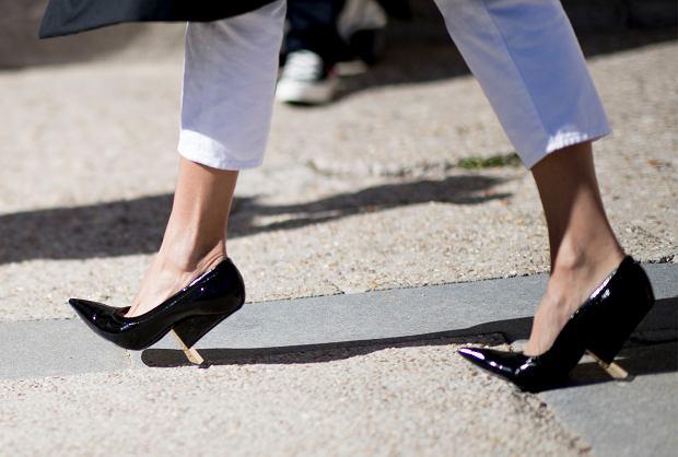 Czółenka z wygiętym obcasem - street style z Paryża