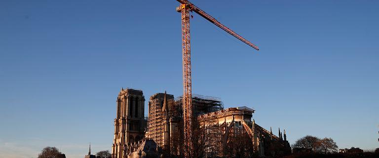Zaostrzono ochronę przy katedrze Notre Dame po wtargnięciu na dźwig