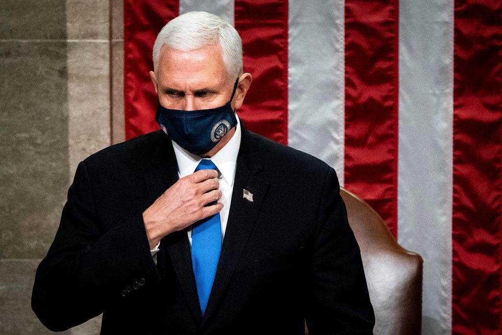 Wiceprezydent USA Mike Pence odrzucił apel Demokratów, by uruchomił procedurę z 25. poprawki konstytucji, która mówi o usunięciu ze stanowiska urzędującego prezydenta. Zdaniem wiceprezydenta zastosowanie 25. poprawki 'stworzyłoby straszny precedens'.
