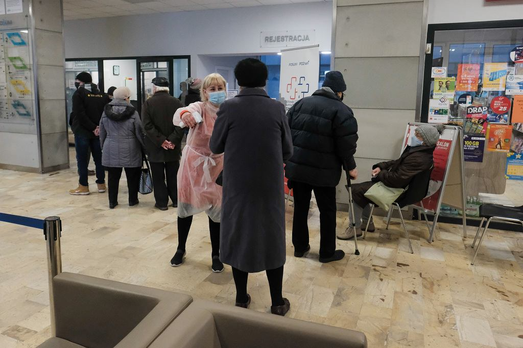 15.01.2021, Poznański Ośrodek Specjalnych Usług Medycznych. Rejestracja do szczepienia przeciw COVID-19 dla osób od 80. roku życia.
