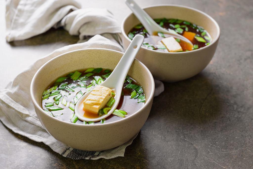 Aby przyrządzić tę zupę miso, potrzebna będzie pasta miso oraz granulowany bulion dashi