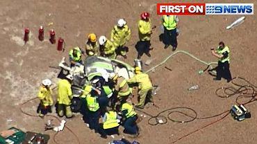 Strażacy rozcinają porsche, w którym zginął Sean Edwards