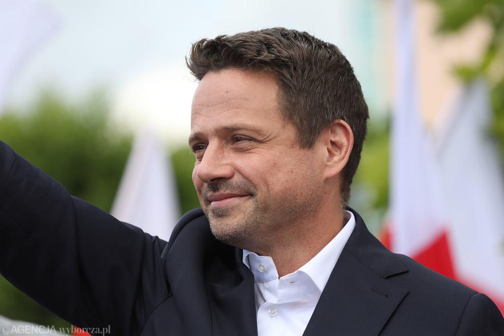 Trzaskowski prowadzi w sondażu Pollster, tuż za nim Hołownia