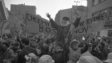 Karnawał Rio-botniczy, 16 lutego 1988 r. SB raportowała, że grupa 'śpiewająca piosenki i skandująca okrzyki o treści karnawałowej' rozwinęła transparent z napisem: 'Karnawał popiera I i III etap reformy'