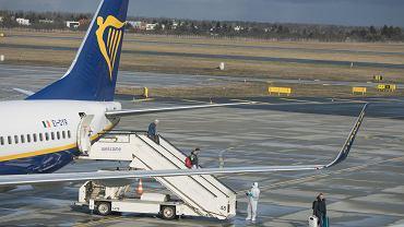 Ryanair odwołuje wszystkie loty do Włoch. Na zdjęciu: przylot samolotu z Bergamo, gdzie panuje epidemia koronawirusa. Poznań, lotnisko Ławica, 25 lutego 2020