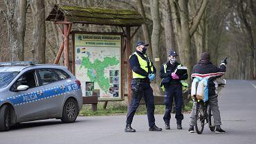 Obowiązuje zakaz wchodzenia do lasu . Policja patroluje wjazdy do lasów