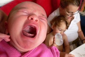 70 proc. mam niemowlaków z kolką ma oznaki przemęczenia. Skąd bierze się kolka i jak sobie z nią poradzić?