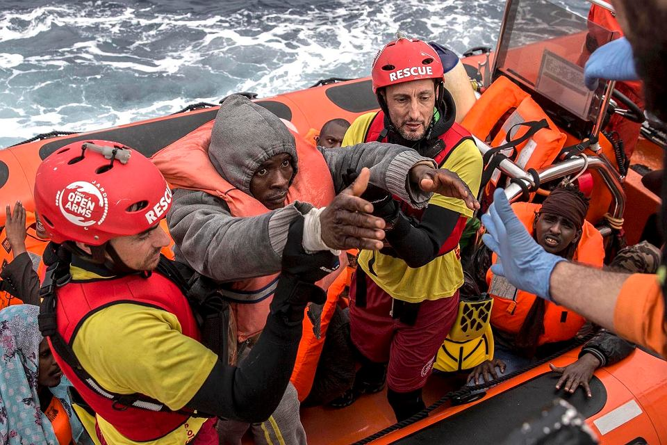 18 lutego 2018, działacze organizacji humanitarnej z Hiszpanii pomagają uciekinierom z Afryki, którzy na przeładowanej łodzi próbowali przedostać się do Europy