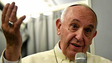 2.12.2017, papież Franciszek na pokładzie samolotu wraca z pielgrzymki do Birmy i Bangladeszu.