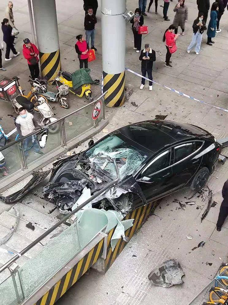 Wypadek Tesli Model 3 na kładce dla pieszych w Chinach