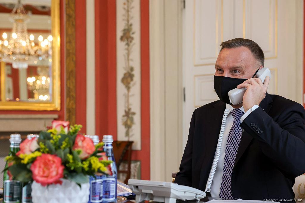 Czy prezydent Andrzej Duda rozmawiał z podłączonego telefonu?