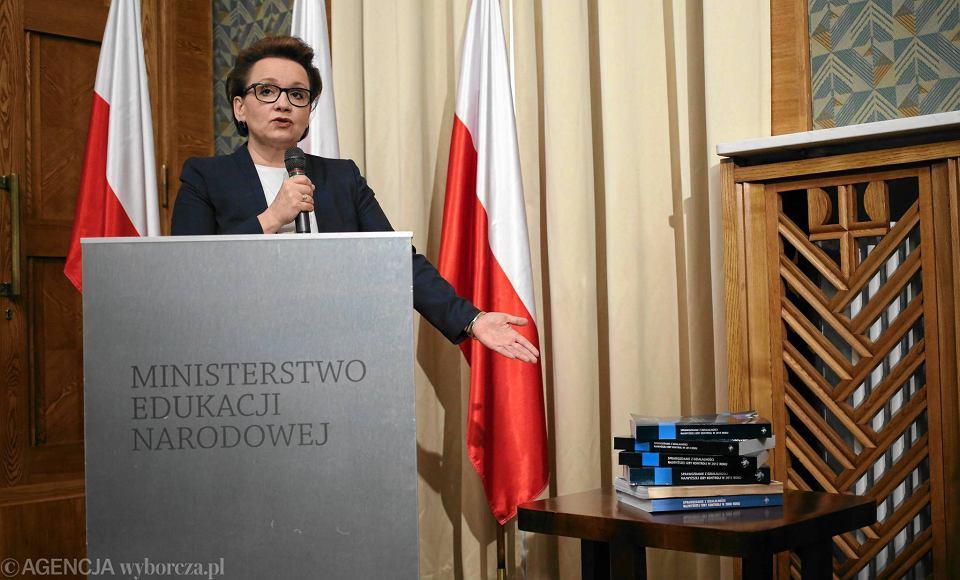 Minister edukacji Anna Zalewska ogłasza plan zmian w oświacie. PO zamierza wobec niej zgłosić wniosek o wotum nieufności. Przeciwko rządowym planom protestuje też Związek Nauczycielstwa Polskiego