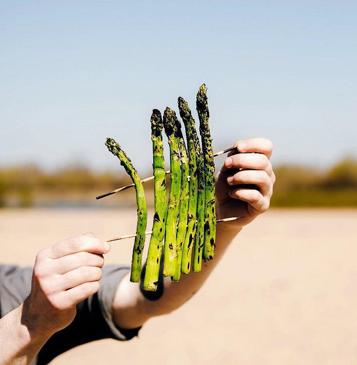 Szparagi warto nadziać na patyczki - będzie je łatwiej przekładać na ruszcie grilla
