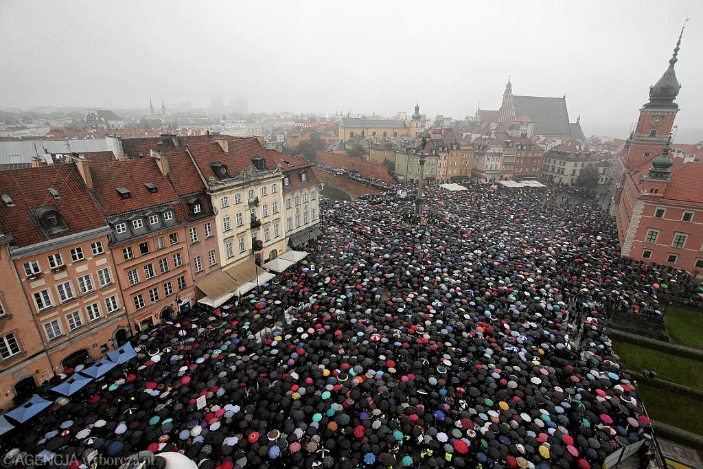 3.10.2016 r., Czarny Protest przeciw zaostrzeniu ustawy aborcyjnej (fot. Sławomir Kamiński/AG)