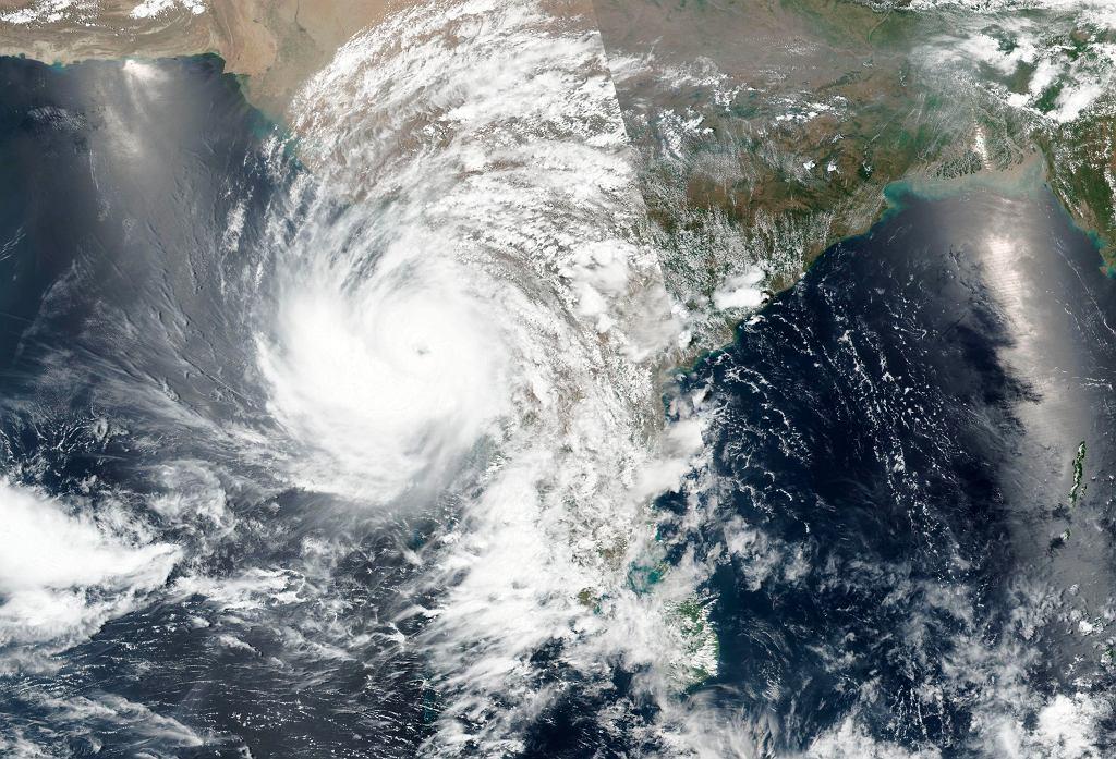 Indie. Cyklon zbliża się do zachodniej części kraju (NASA)