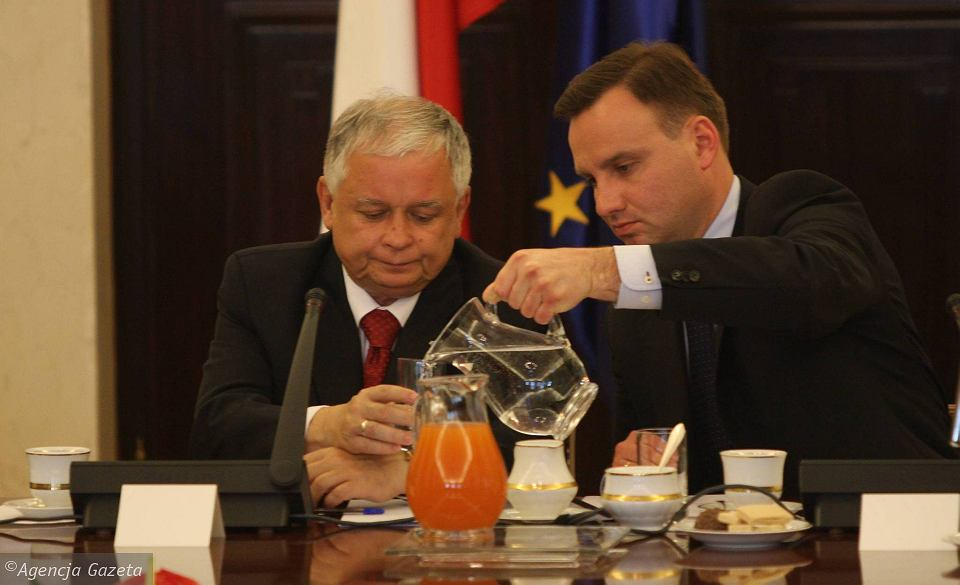 https://bi.im-g.pl/im/9a/d9/10/z17666714V,Prezydent-Lech-Kaczynski-i-jego-prawnik-Andrzej-Du.jpg