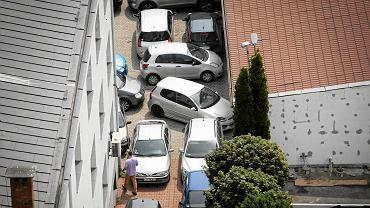 Widok na parking Urzędu Skarbowego z dachu hotelu Victoria