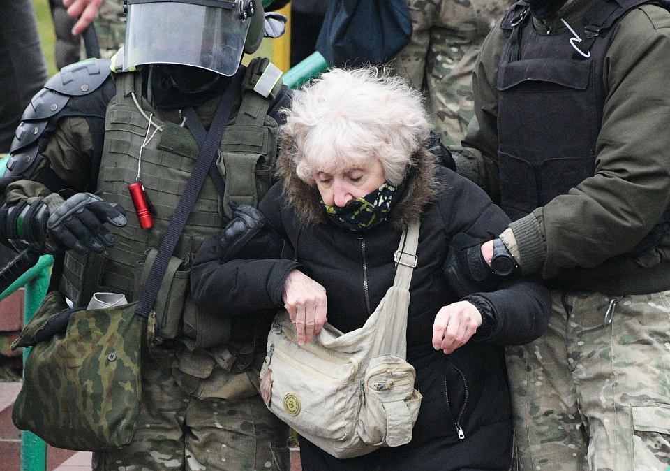 (Bia?oruska policja atakuje demonstrantw