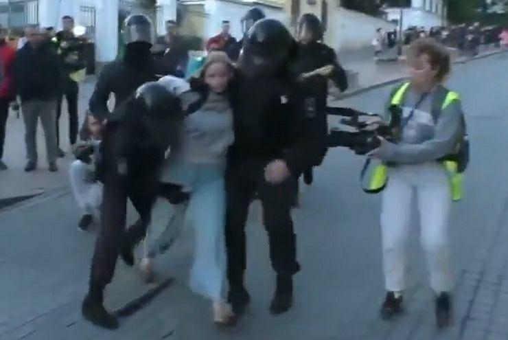 Młoda dziewczyna uderzona w brzuch przez policjanta podczas zatrzymania w Moskwie
