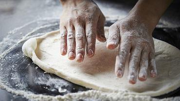 Ciasto na pizzę. Zdjęcie ilustracyjne