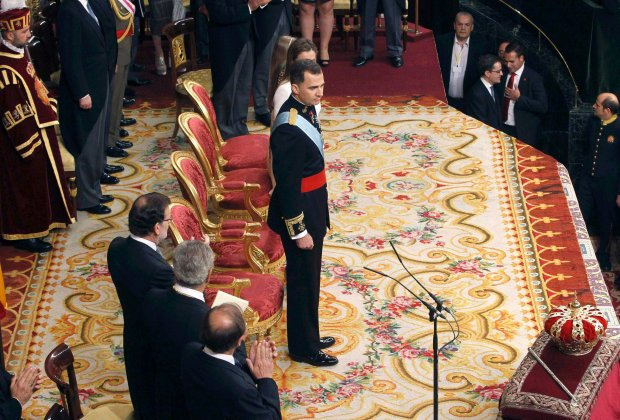 Spain's new King Felipe VI (C) is applauded after he delivered his speech during the swearing-in ceremony at the Congress of Deputies in Madrid, June 19, 2014. Spain's new king, Felipe VI, was sworn in on Thursday in a low-key ceremony which monarchists hope will usher in a new era of popularity for the troubled royal household.        REUTERS/Esteban Cobo/Pool  (SPAIN  - Tags: ROYALS POLITICS ENTERTAINMENT)