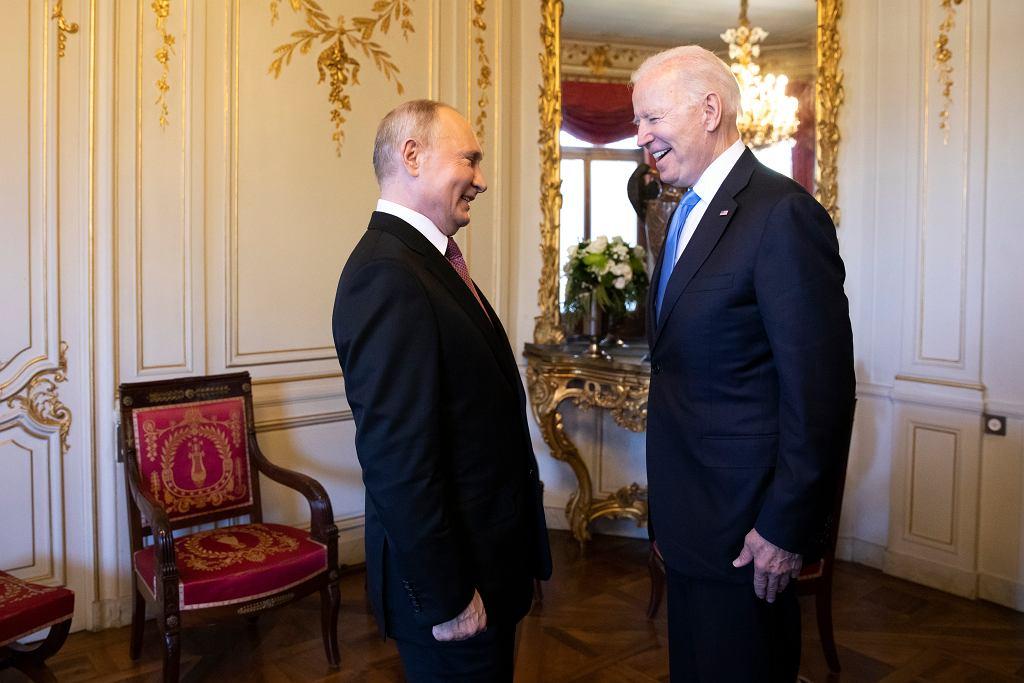Prezydent Rosji Władimir Putin z prezydentem USA Joe Bidenem podczas szczytu USA-Rosja w Genewie, Szwajcaria, 16 czerwca 2021 r.