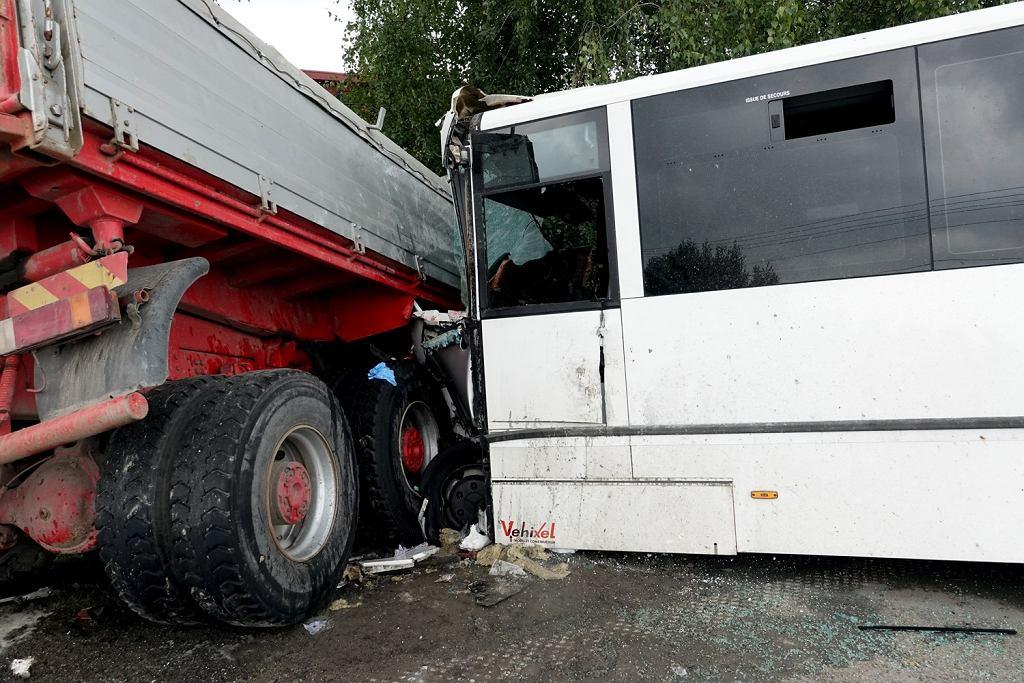 Małopolska. W zderzeniu autobusu z ciężarówką zginęła jedna osoba. Jeszcze 33 są ranne,