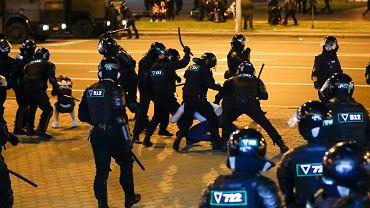 Milicja pacyfikuje protest na ulicach Mińska, 10 sierpnia 2020 r.