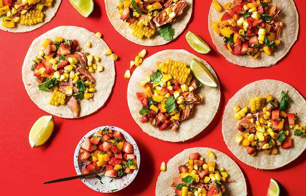Tacos z pieczonym łososiem i salsą z truskawek i mango