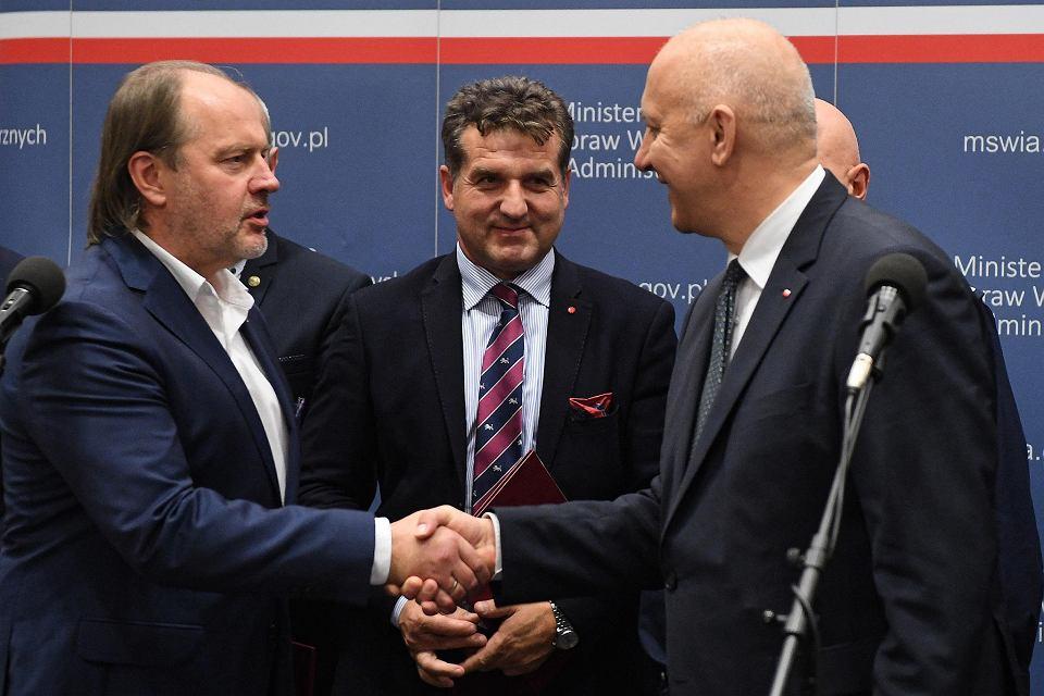 Szef MSWiA w rządzie PiS Joachim Brudziński (P) oraz szef związkowców NSZZP Rafał Jankowski (L) podczas wspólnej konferencji - informują o zawarciu porozumienia. Warszawa, 8 listopada 2018