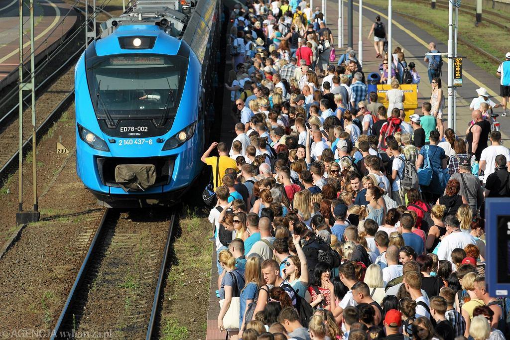 Zdjęcie ilustracyjne. Szczecin, 2015 r. Odjazd specjalnego pociągu 'Błękitny' do Międzyzdrojów i Świnoujścia.