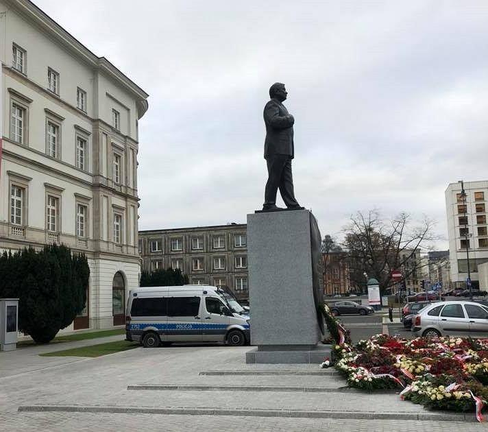 Pomnik Lecha Kaczyńskiego i policyjny radiowóz