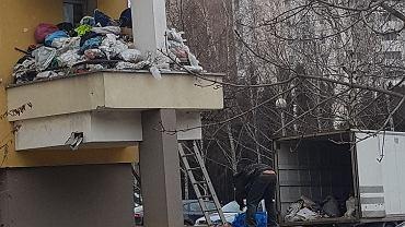 Zaśmiecony balkon na Gocławiu. Właściciel mieszkania wziął się za sprzątanie śmieci?