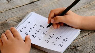 Tabliczkę mnożenia dziecko musi opanować w szkole podstawowej. Zdjęcie ilustracyjne