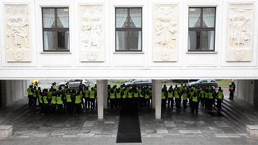 Policja pilnuje dostępu do Sejmu.