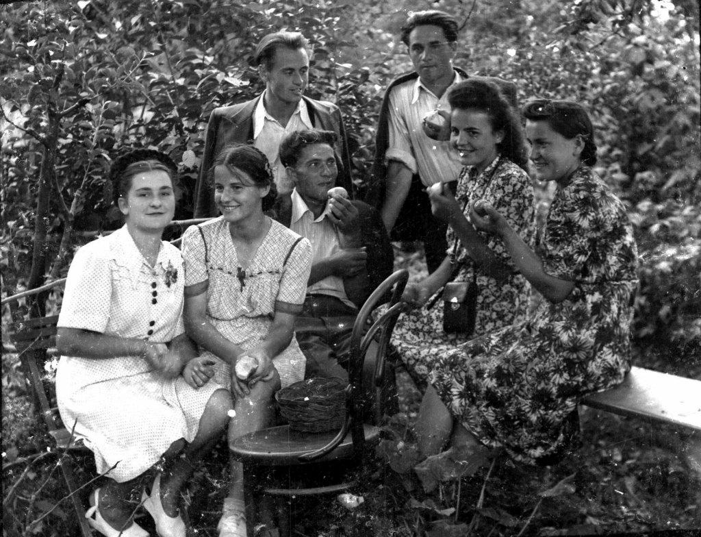 Siemierz. Stoją: Feliks Łukowski i Stanisław Bochen. Siedzą (od lewej): Helena Wawręty, Helena Sioma, N.N., siostry Krupówny. Fot. Muzeum Zamojskie w Zamościu /
